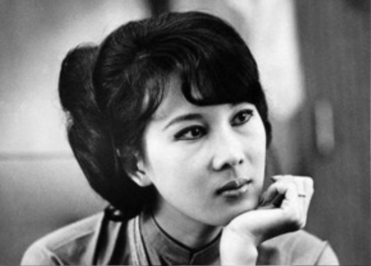 Vẻ đẹp cổ điển của cô Đặng Tuyết Mai khiến Nhật Bình say đắm.