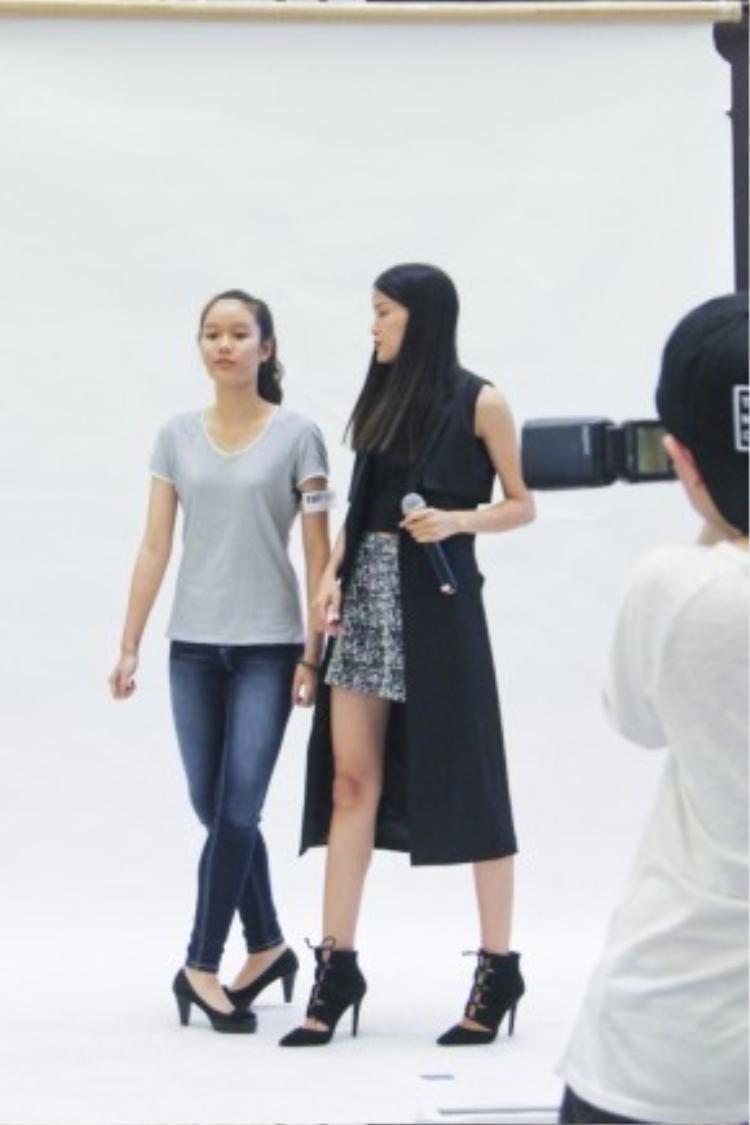 Người mẫu Chà Mi nhiệt tình hướng dẫn giúp các bạn tạo dáng trước ống kính.