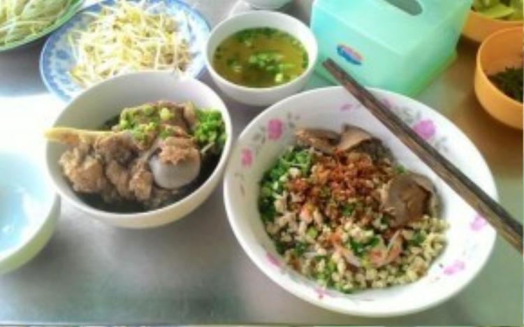 Quán bán ngoài trời cả ngàynên có những thời điểm thực kháchsẽ phải chịu ăn trong cái nóng, nhất là khi tiết trời Sài Gòn khá oi bức vào tầm từ 11h đến 16h.