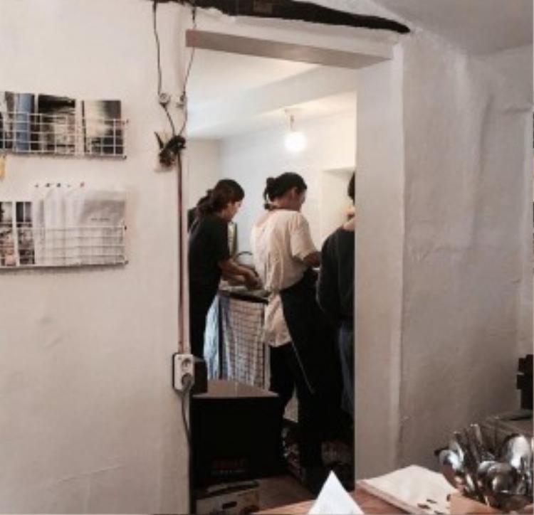 Lee Hyori trực tiếp vào bếp cùng các chị em phụ nữ để chuẩn bị các món chay.