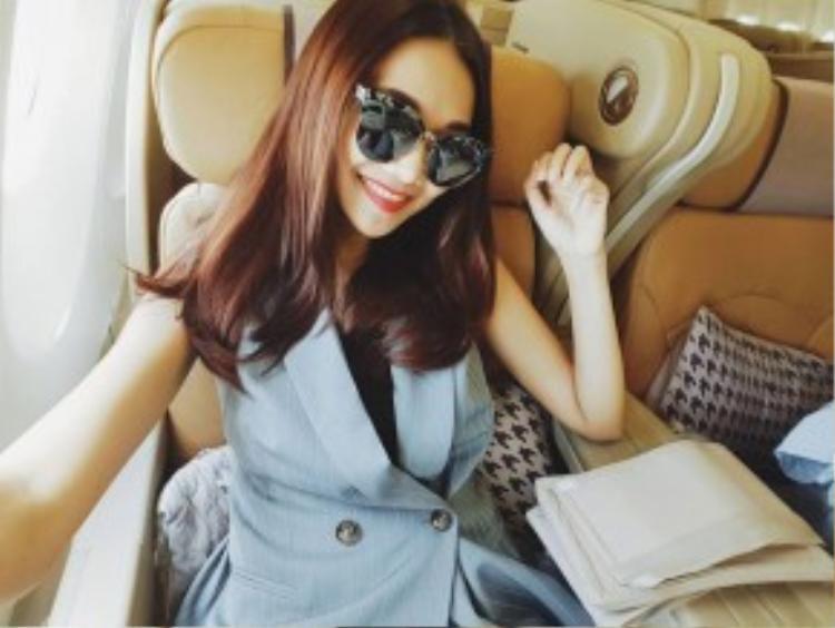 Chân dài biến hóa phong cách từ đơn giản sang đẳng cấp cùng chiếc kính mát yêu thích của cô.