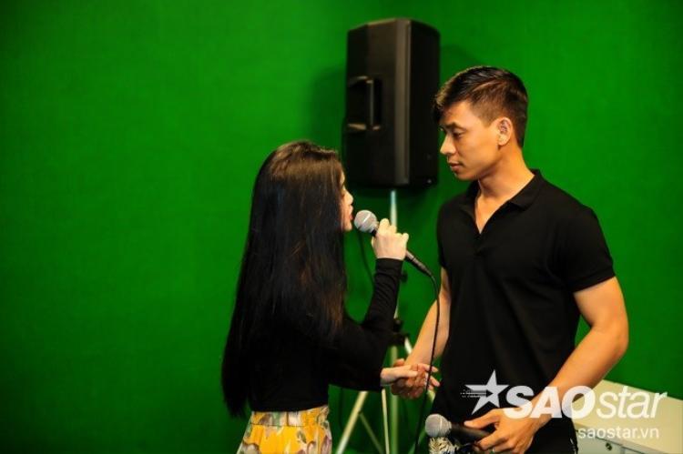 HLV Quang Linh nhập vai khán giả để cảm nhận tiết mục của thí sinh