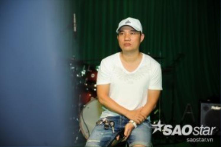 HLV Quang Linh luôn ở bên cạnh các thí sinh của mình. Anh đóng vai khán giả để cảm nhận tiết mục trình diễn của các bạn.