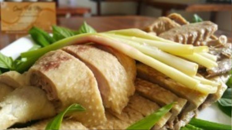 """Không những thế, tại Quà Hà Nội Quán """"ngan đi máy bay"""" cũng là một món ăn khá đặc sắc đối với giới sành ăn Sài thành. Bởi ngan được chủ quán đưa trực tiếp từ Hà Nội vào Sài Gòn bằng đường hàng không, nhằm giữ hương vị thơm ngon nhất của thịt ngan."""