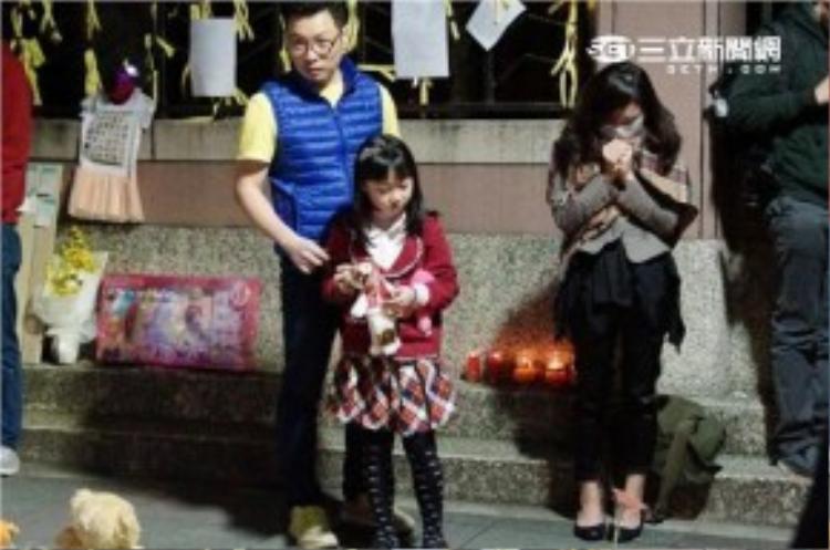 Hàng nghìn người dân Đài Loan để lại hoa, quà, bánh kẹo.. tại hiện trường vụ án để tiễn đưa nạn nhân về thiên đường.