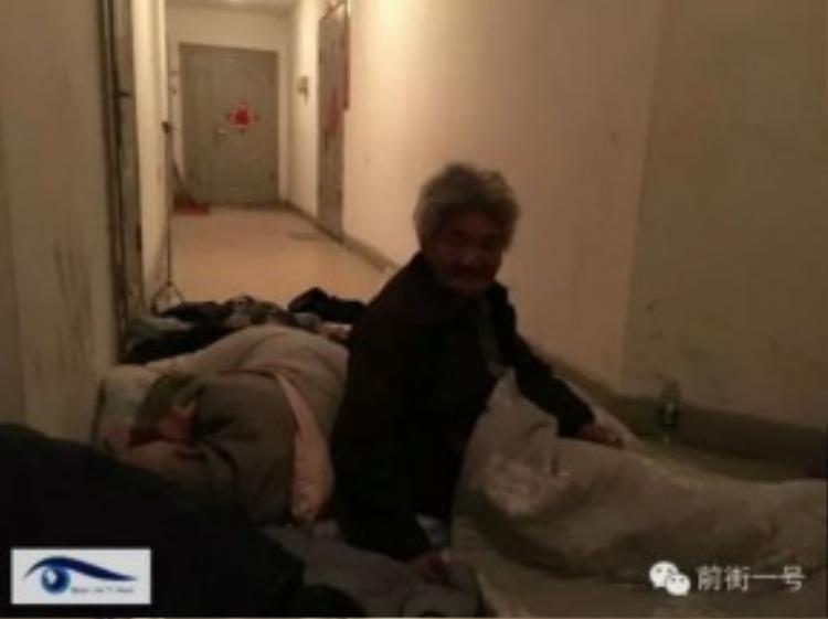 Cặp vợ chồng giàphải ngủ ngoài hành lang gần nhà con trai