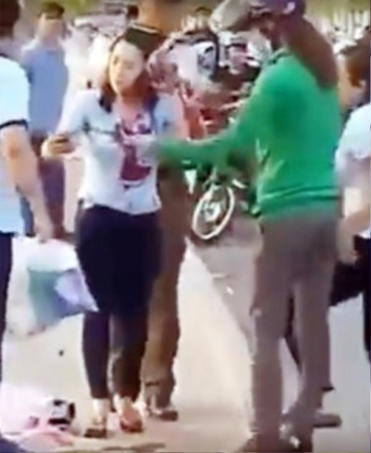 Nữ công nhân bị chém dã man nhưng nhiều người đứng nhìn, không dám vào can ngăn.