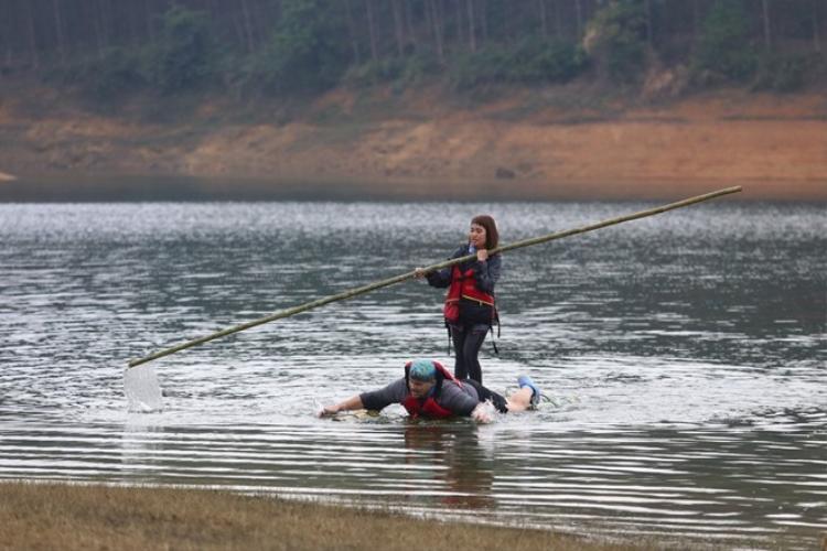 10 đội thi lội nước, đông cứng giữa cái lạnh cứa da thịt tại Yên Bái