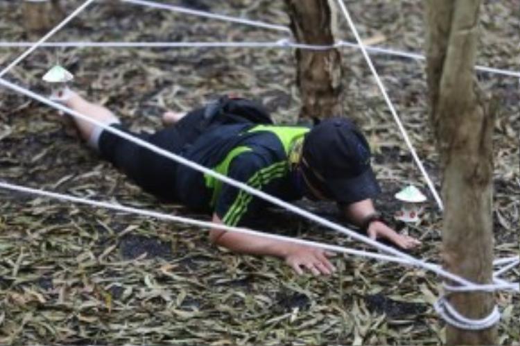 """10 đội thi phải vượt qua thử thách thứ hai với một """"mê cung màn nhện"""" khổng lồ."""
