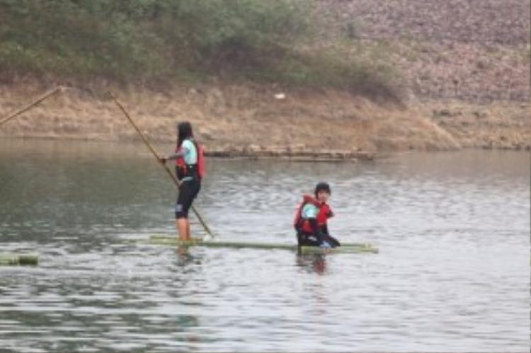 Những hình ảnh đầu tiên trong thử thách chèo bè trên sông.