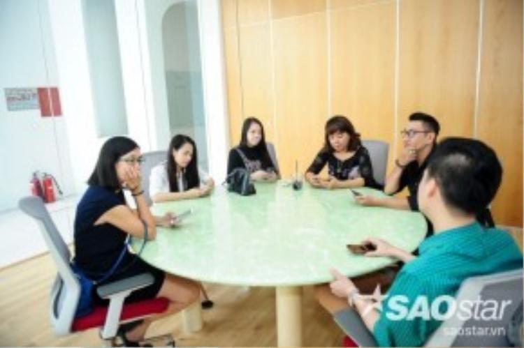 Đội HLV Quang Dũng dành thời gian để bàn bạc về cách thể hiện của từng thí sinh.