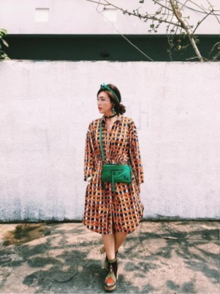 VJ Kaylee là một trong những fashionista cuồng họa tiết từ trước đến nay. Tuy vậy, cô nàng chưa bao giờ khiến mọi người cảm thấy rối mắt vì cách kết hợp thông minh những mảng màu, chất liệu cũng như lựa chọn điểm nhấn phù hợp cho tổng thể.