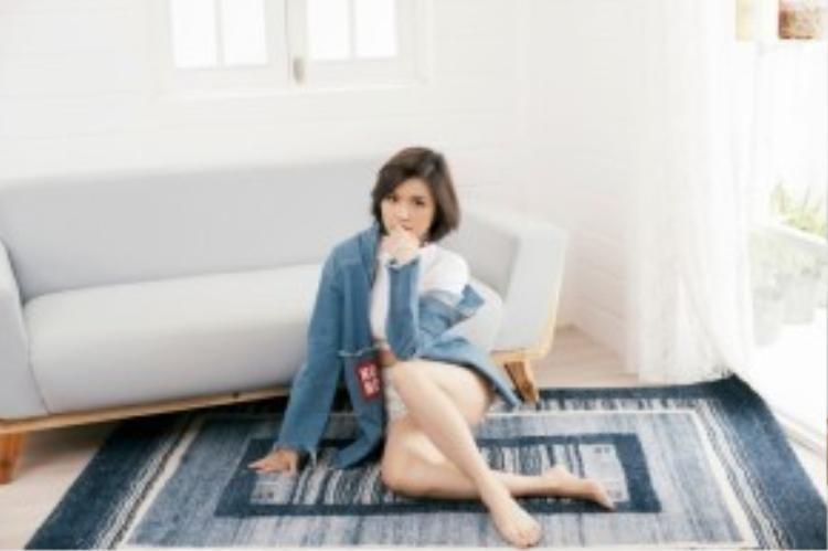 Suni Hạ Linh đơn giản nhưng hiệu quả với áo khoác denim big size. Dạo gần đây, cô nàng liên tục ghi danh trong top những sao mặc đẹp nhờ gu thời trang ngày càng được nâng cấp của mình.