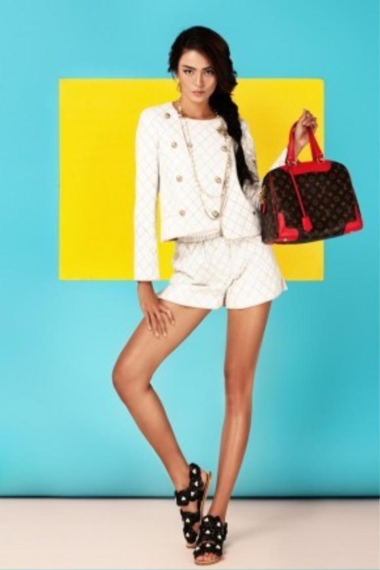 Tóc bím đi cùng set đồ white on white này chắc chắn sẽ giúp các cô gái thể hiện sự nữ tính một cách tuyệt đối.