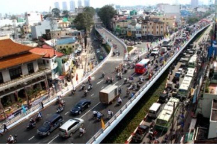 Theo TS Huỳnh Thế Du, muốn giảm ùn tắc 5-10 năm tới TP HCM cần tập trung nguồn lực phát triển hệ thống vận tải hành khách công cộng.