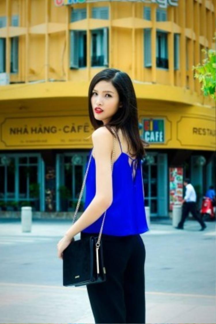 Hoặc cô nàng Chà Mi chỉ mặc chiếc áo ngủ buộc dây màu xanh coban cũng đủ tạo định nghĩa khái niệm về mùa hè rực rỡ.