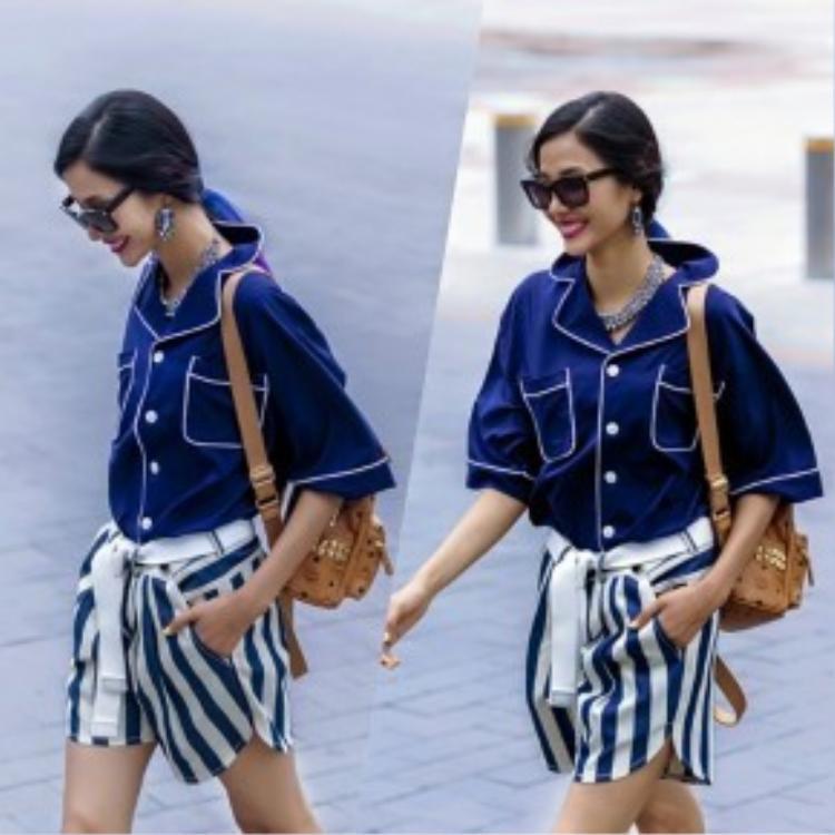 Người mẫu Hoàng Thùy phối hợp thuần thục khi kết hợp áo ngủ ngắn tay cùng quần short kẻ sọc stripe rất hoàn hảo, phù hợp khi tiết trời đang bắt đầu thay đổi.