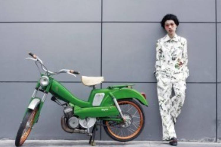 Nàng biên tập viên chuyên mảng làm đẹp Nicky Khánh Ngọc vừa lạ, lại vừa thơ trong bộ pyjama với họa tiết florals (xu hướng xuân-hè 2016) cùng đôi giày oxfoxd đến từ thương hiệu lừng danh nước Ý- Gucci, mang đến cái nhìn mới mẻ đầy năng lượng cho tổng thể set đồ.