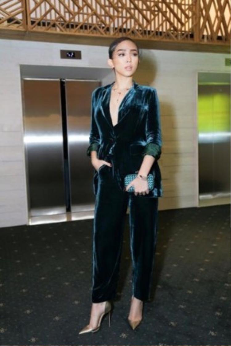 Ở một sự kiện vừa qua, nữ ca sĩ Big girl dont cry Tóc Tiên lựa chọn cho mình style monochrome cùng nguyên set đồ ngủ được thiết kế với phần ngực cắt cúp tỉ mỉ.