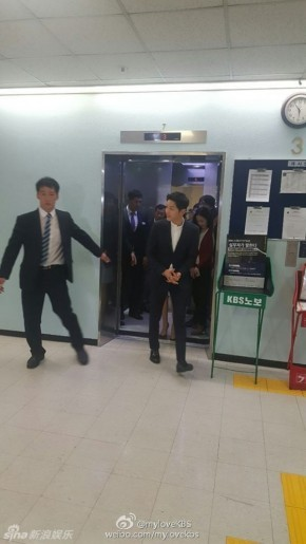 Ngay khi xuất hiện, Song Joong Ki hút sự chú ý của nhiều người.
