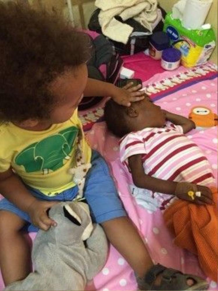 Chính David (trái) cũng giúp đỡ mẹchăm sóc bé Hope (phải).