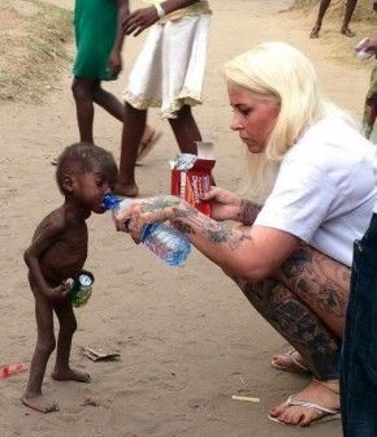 Hope được Anja phát hiện trên đường phố Nigeria trong tình trạng rất tệ. Cô đã cho em ăn bánh và uống nước, đồng thời sau đó mang về trung tâm từ thiện chăm sóc. Bức ảnh này đã làm lay động hàng triệu trái tim.