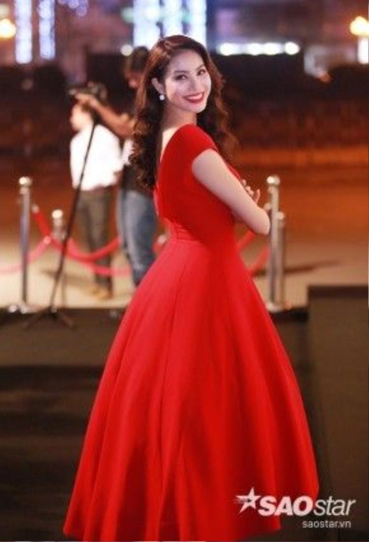 Phạm Hương xinh đẹp như nàng công chúa với trang phục được thiết kế từ Lê Thanh Hòa. Không hổ danh NTK của những nàng hoa hậu, á hậu, anh đã khiến vẻ đẹp của Phạm Hương được tôn lên triệt để qua những đường nét cắt may tinh tế của chiếc váy.