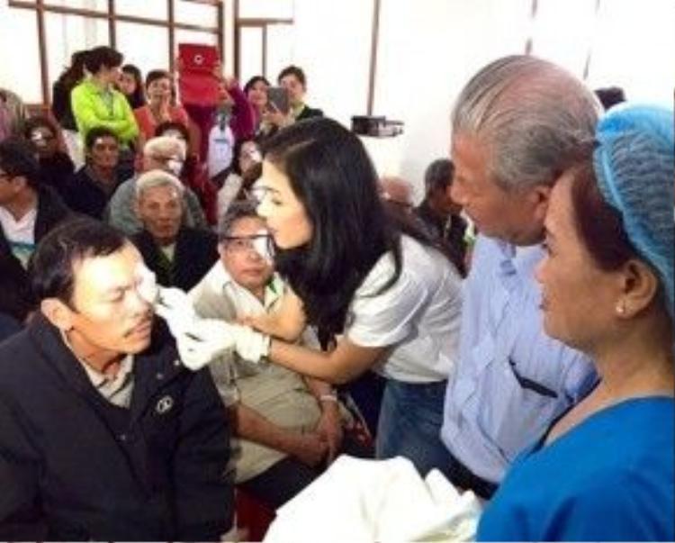 Việt Trinh đi từ thiện rất nhiều, nhưng luôn âm thầm làm việc tốt.