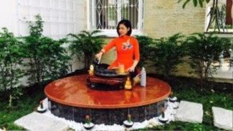 Một góc sân nhà được Việt Trinh xây dựng một đài để thiền và thưởng thức trà chiều.