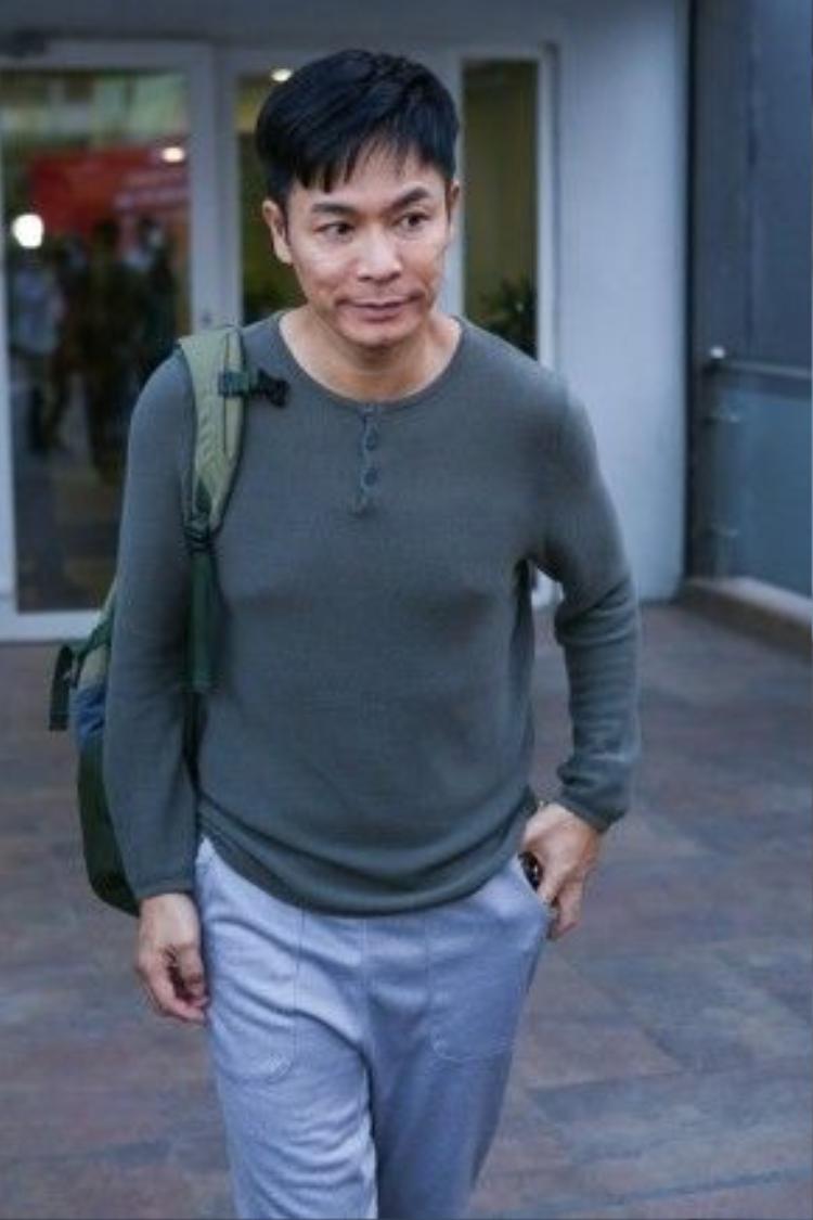 Nam diễn viên sinh năm 1964 giản dị mặc áo thun, khoác ba lô xuất hiện tại buổi khai máy phim. Quách Tấn An rất bất ngờ khi vừa đặt chân tới sân bay Tân Sơn Nhất thì nhiều fan nhận ra và chào đón anh.
