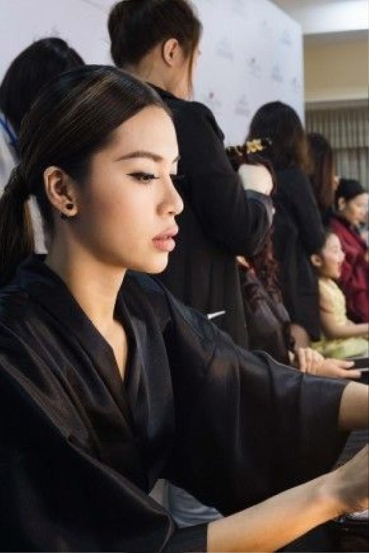 Minh Tú trong hậu trường make up chuẩn bị cho show diễn thời trang được mong đợi nhất trong năm.
