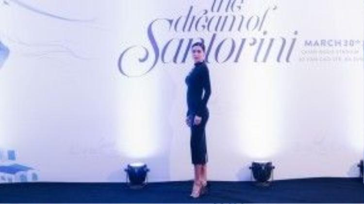 """Tối 30/3, show diễn có chủ đề The Dream of Santorini của một thương hiệu thời trang đã diễn ra tại Hà Nội, Minh Tú tiếp tục toả sáng khi sải bước trên sàn catwalk, sánh vai bên cạnh những tên tuổi """"đình đám"""" như Hà Anh, Minh Triệu, Hoàng Thuỳ, Mâu Thuỷ…"""