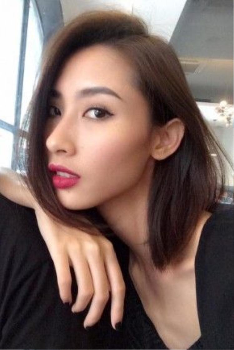 Vì có một làn da trắng sáng tự nhiên, Hằng Nguyễn thường hay chọn màu son gam màu techno để giúp gương mặt được hồng hào, tươi tắn hơn.