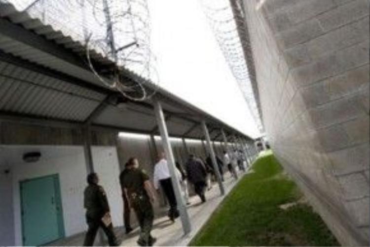 Theo Lacy hiện có khoảng 450 nhân viên đảm bảo hoạt động và an ninh tối đa của nhà giam.