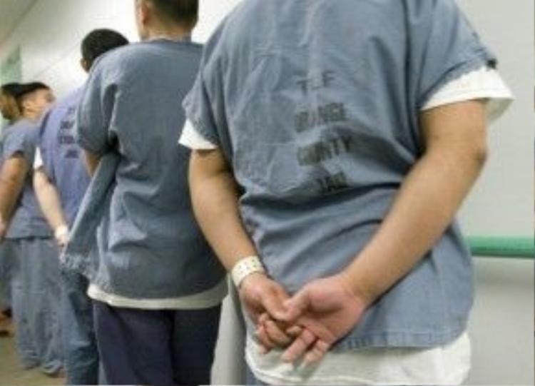 Thông thường, các nam phạm nhân bị chuyển vềTheo Lacy thường là vì 1 trong 3 lý do sau:vị trí bị bắt giữ gần với nhà tù, làtội phạm nguy hiểmvà/hoặccó vấn đề về sức khỏe, tinh thần.