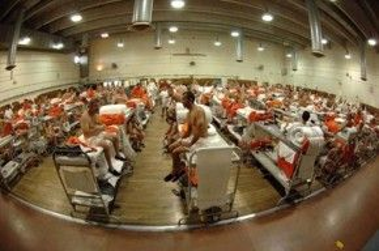 Nơi giam giữđược thiết kế như ký túc xá với các phòng đơn và phòng đôi. Ngoài ra còn có phòng tập thể.