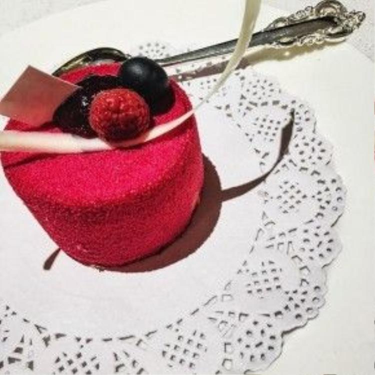 Chiếc bánh ngọt màu đỏ dễ thương…