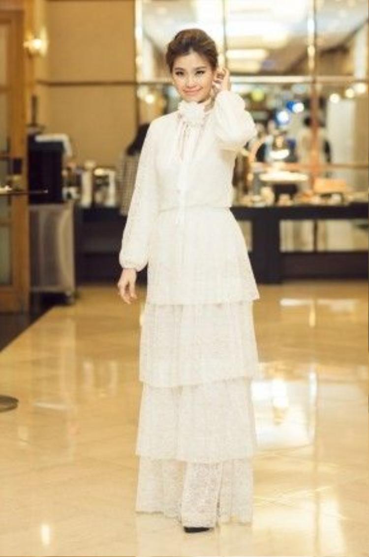 Diễm Trang nhẹ nhàng, nữ tính nhưng không kém phần quyến rũ trong thiết kế đầm ren trắng mềm mại.