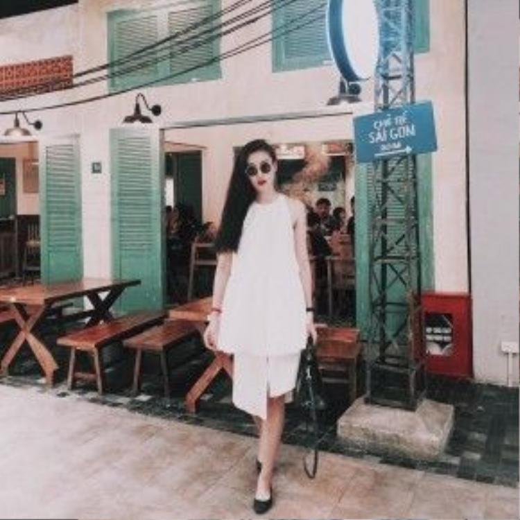 Chân dài Hà Lade diện trang phục tông trắng thanh mát. Cô nàng nhấn nhá bằng phụ kiện giày, kính mát và túi xách màu đen.