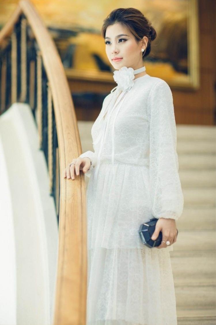 Á hậu Diễm Trang rạng rỡ diện đầm ren xuyên thấu dự sự kiện