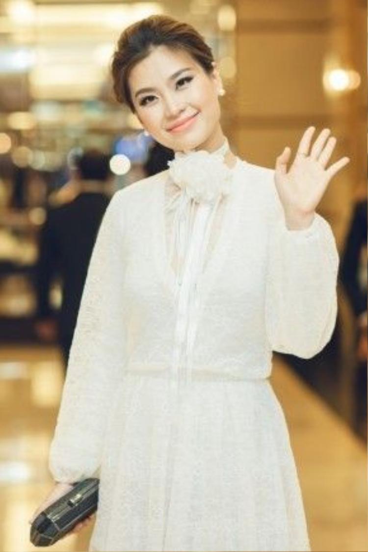 Á hậu Diễm Trang tươi tắn trước ống kính mặc dù sức khỏe của cô đang trong tình trạng không tốt.