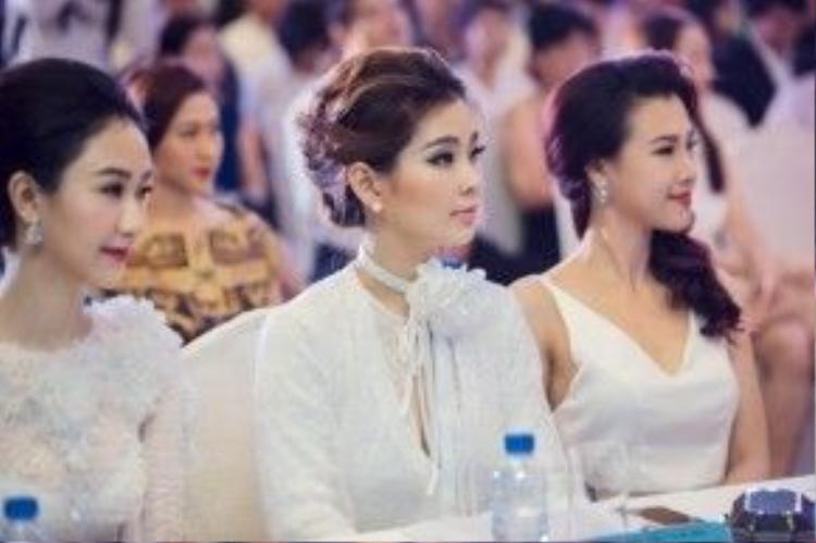 Á hậu Diễm Trang nổi bật giữa dàn mỹ nhân Vbiz.