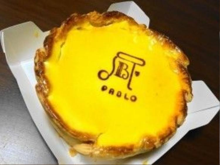 Pablo nổi tiếng với món bánh tart phô mai tươi béo, viền bánh được nướng giòn rụm, trên bề mặt là một lớp caramel có in logo của Pablo.