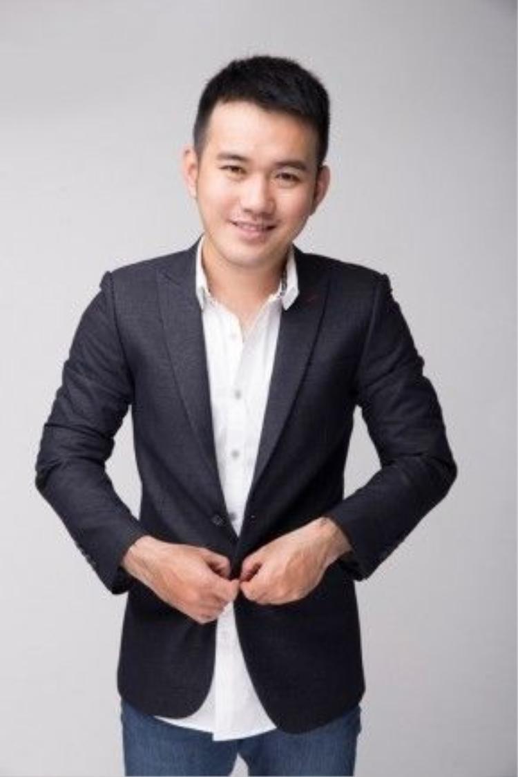 """Năm 2014, Lê Thanh Hòa vinh dự trở thành một trong những nhà thiết kế Việt Nam tham gia Vietnam International Fashion Week với BST """"Hoa"""". Với bộ sưu tập mang đậm phong cách cá nhân, NTK Lê Thanh Hòa đã mang lại cho khán giả một cái nhìn khác về hoa - dữ dội và mạnh mẽ."""