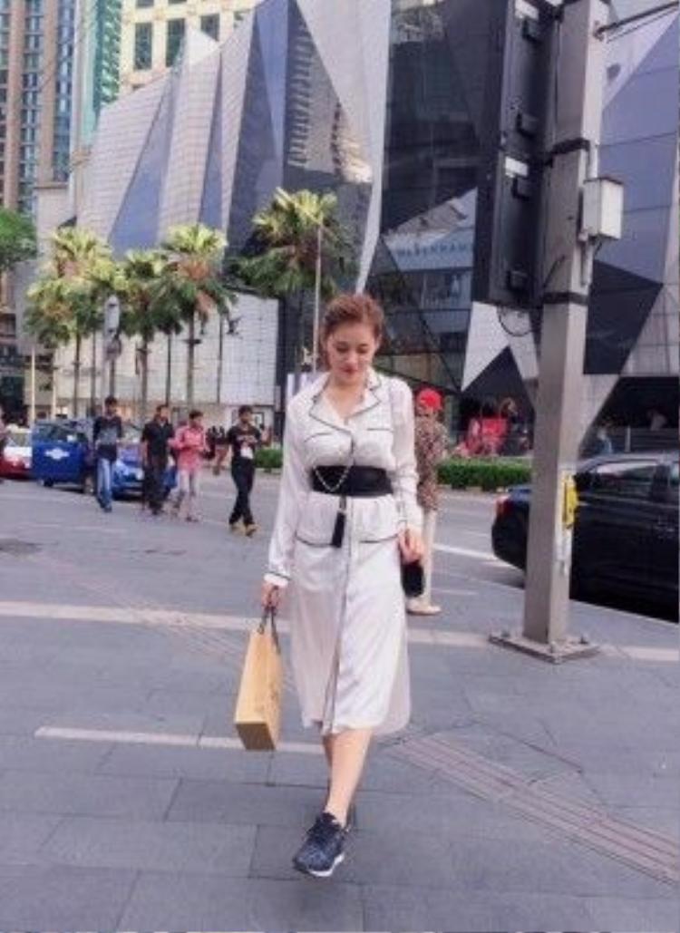 Trong những chuyến đi, Milan Phạm đều kết hợp với việc mua sắm.