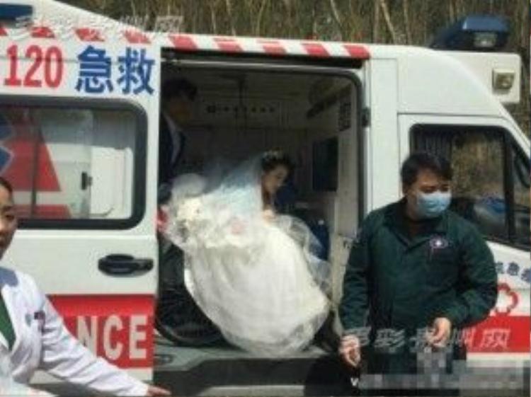 Yi đến địa điểm chụp ảnh cưới bằng xe… cứu thương.