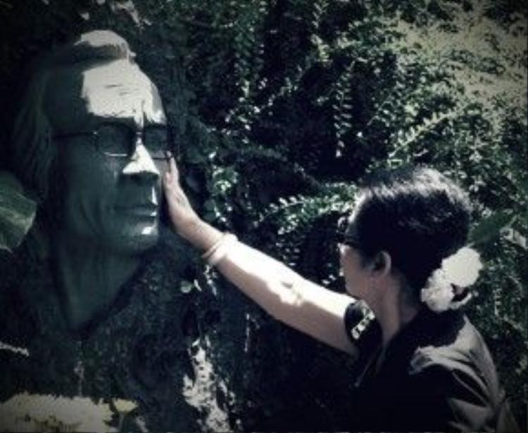 Nữ ca sĩ Khánh Ly bên bức tượng Trịnh Công Sơn.