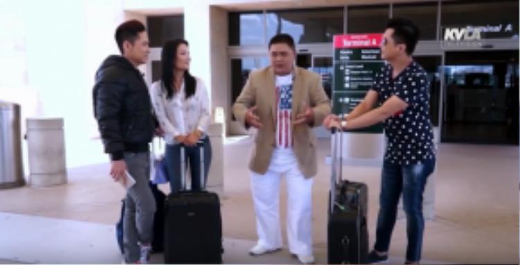 Hình ảnh Minh Béo vừa đáp xuống sân bay và được 2 MC của chương trình ra đón.