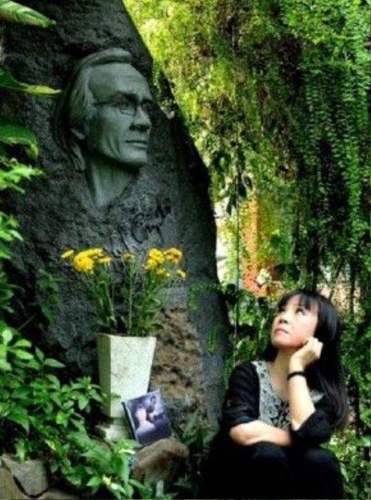 Bà mang đĩa nhạc đến mộ đê tưởng nhớ vị nhạc sĩ tài danh.