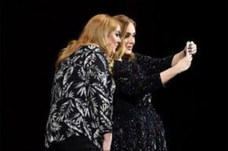 Hình ảnh giống nhau giữa Adele và fan hâm mộ khiến khán giả tại nhà hát ngỡ ngàng.